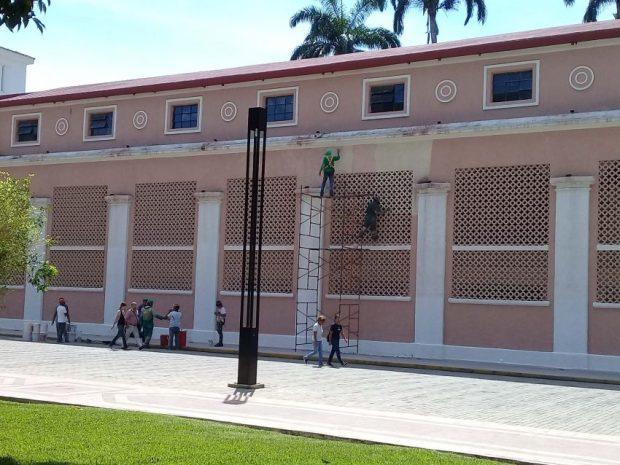 Vista actual de parte de la fachada donde están aplicando el color de tono salmón. Foto Alfredo Morales.