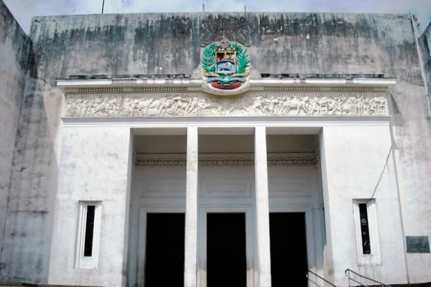 Edificio Nacional de San Cristóbal, estado Táchira. Estado actual del pórtico techado -dístilo- de la entrada sur del Edificio Nacional