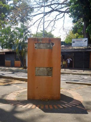 La mafia del bronce devastó el monumento al prócer trujillano Antonio Nicolás Briceño, Paseo Los Trujillanos, Barinas. Foto Marinela Araque, enero 2019.