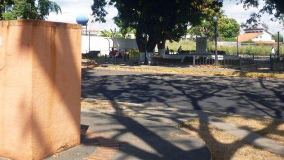 Pedestales sin las esculturas de Antonio Nicolás Diablo Briceño y Andrés Bello. Paseo Los Trujillanos, Barinas. Foto Marinela Araque, enero 2019.