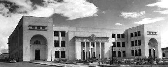 Edificio Nacional de la ciudad de San Cristóbal, estado Táchira. Una perfecta simetría en las líneas verticales y horizontales definen la monumental volumetría del Edificio Nacional de la ciudad de San Cristóbal.