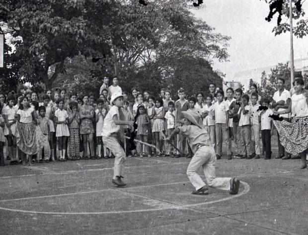 1960's. Niños bailando tamunangue en un acto del CVN en Portuguesa. Foto Carlos Revete. Tamunangue o sones de negro entre Lara y Portuguesa. Patrimonio cultural de Venezuela.