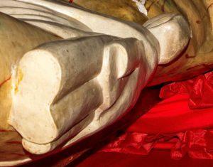Detalle volumétrico de la sección lateral izquierda (derecha del observador) de los tallados del nudo, pliegues y tela sobrante