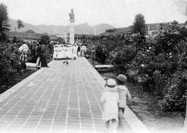 Plaza Bolívar de la ciudad de San Cristóbal. Foto de 1913. Panorámica del extremo sureste de la plaza, captada desde el actual ángulo de la esquina noroeste.