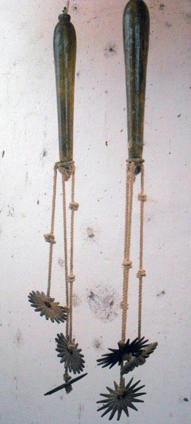 Reproducción –a menor escala- de un flagellum o flagelo, instrumento de tortura romano, con el cual se azotó a Cristo.