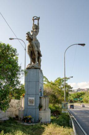 Vista de las ofrendas al pie de la copia de la estatua de María Lionza, en la Av. Francisco Fajardo, de Caracas. Foto Luis Chacín, 2016.