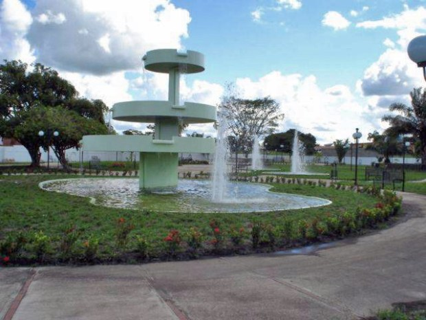 Año 2005. La plaza Generalísimo Francisco de Miranda, cuando servían las fuentes. Foto Archivo Cronista de Barinas, 2005.