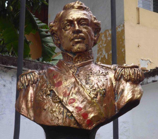 El busto de Páez con los restos de pintura azul con la que fuera vandalizado en 2007, ahora lo rematan con pintura roja. Foto Marinela Araque, mayo 2017.