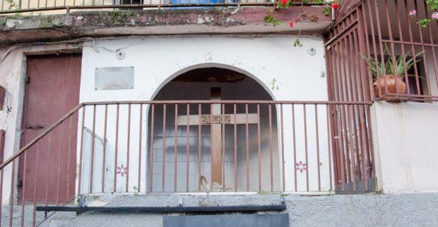 La Cruz (de Mayo) en su nicho de la plaza El Calvario, municipio El Hatillo, Miranda. Foto Luis Chacín, 2018.