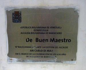 Placa identificadora de la plaza El Buen Maestro. Maracaibo, Zulia. Foto Wilmer Villalobos, diciembre 2018.