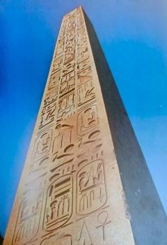 Una de las caras o lados del obelisco de Ramsés II con los títulos