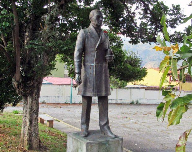 Cara frontal y lateral derecho del monumento a Cristóbal Mendoza. Mérida, Venezuela. Foto Samuel Hurtado Camargo, marzo 19 de 2019.