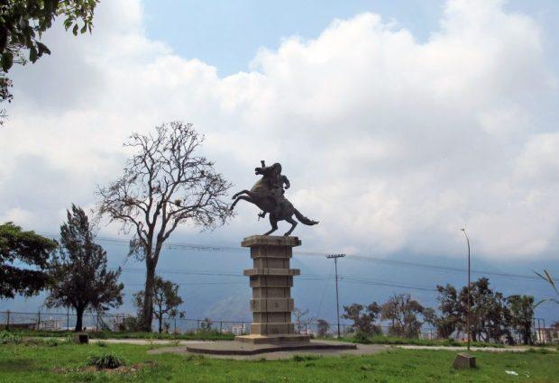 Cara frontal y lateral izquierdo del monumento al Centauro de Los Llanos, Mérida - Venezuela. Foto Samuel Hurtado Camargo, marzo 23 de 2019. Estatua ecuestre de Páez, patrimonio cultural de Mérida, Venezuela.