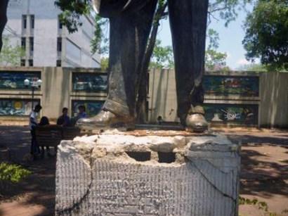 Evidencias de intento de hurto de la estatua pedestre de Alberto Arvelo Torrealba, frente a la alcaldía de Barinas. Foto Marinela Araque, abril 2019.