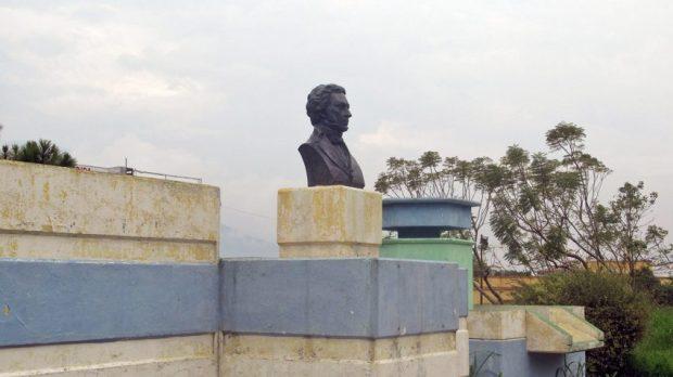 Los cambios cromáticos del monumento a Gabriel Picón González son una constante. Foto Samuel Hurtado Camargo, marzo 30 de 2019.