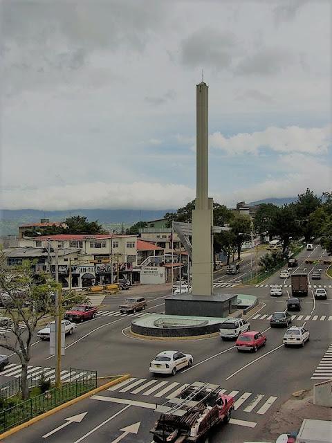 Obelisco de los Italianos en la ciudad de San Cristóbal, en la avenida 19 de abril
