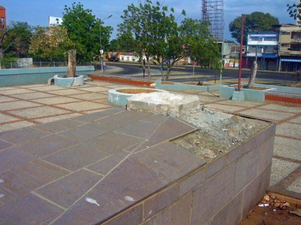 Pedestal de la estatua de Francisco Miranda, tras ser removida esta de la plaza homónima de Maracaibo. Foto Wilmer Villalobos, abril 2019.