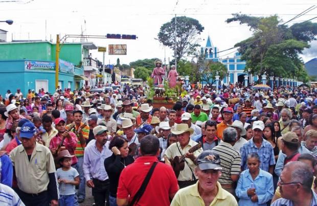 Procesión de San Isidro con la Virgen del Perpetuo Socorro, al fondo, la iglesia San Isidro en Sanare, Lara. Foto Orlando Paredes_FB Portafolios de las Tradiciones Venezolanas.
