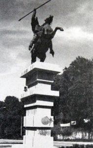 Una vez restaurado el monumento a Páez, el pedestal fue vandalizado. Mérida. Foto Juan Carlos Colina, en Cambio de Siglo, mayo 7 de 2007. Dig. Samuel Hurtado C. Estatua ecuestre de Páez, patrimonio cultural de Mérida, Venezuela.