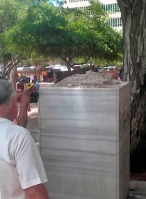 Agosto de 2017. Momentos en que retiran el busto de Ricardo Aguirre de su pedestal, en la plazoleta de San Juan de Dios. Foto
