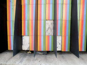 Desprendimiento de las cerámicas de la obra Fisicromía, el Cruz-Diez de plaza Venezuela, Caracas. Foto Luis Chacín, mayo de 2019.