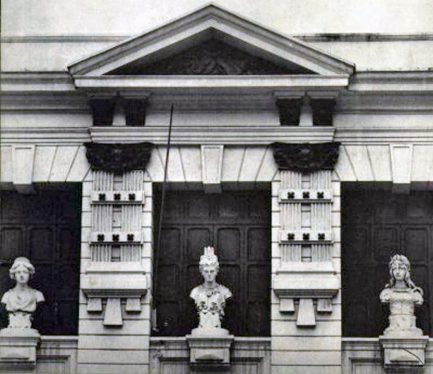 Detalle de fachada en el edificio de la Academia de Bellas Artes, actual Escuela Superior de Música José Ángel Lamas
