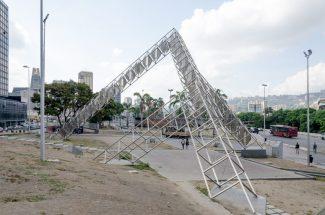 Estructura del artista Alejandro Otero en plaza Venezuela, Caracas. Foto Luis Chacín, mayo de 2019.