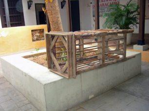 La falta de presupuesto afecta el mantenimiento del mobiliario, como este tinajero. Casa de la Capitulación. Maracaibo, Zulia. Foto Wilmer Villalobos, mayo 2019.