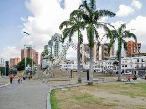 La obra de Alejandro Otero en el entorno de Plaza Venezuela, Caracas. Foto Luis Chacín, mayo de 2019.