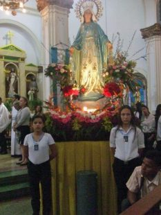 Lista para la procesión de la Virgen de la Medalla Milagrosa, en Maracaibo, Zulia. Foto Jael Terán, del portal informativo Qué Pasa, noviembre de 2017.