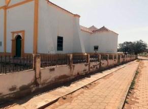 Cerca perimetral de la iglesia Nuestra Señora del Rosario, reparada por la comunidad. Parroquia Casigua, mun. Mene Mauroa, Falcón. Foto Gabriel Mármol, julio 2019.