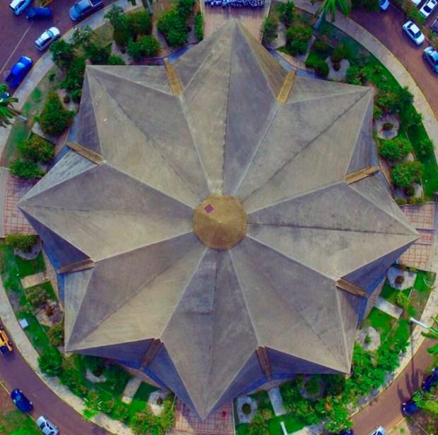 Fue inaugurada el 31 de mayo de 1958 y retoma elementos de la arquitectura neoclásica como pilastras, arcos y molduras.