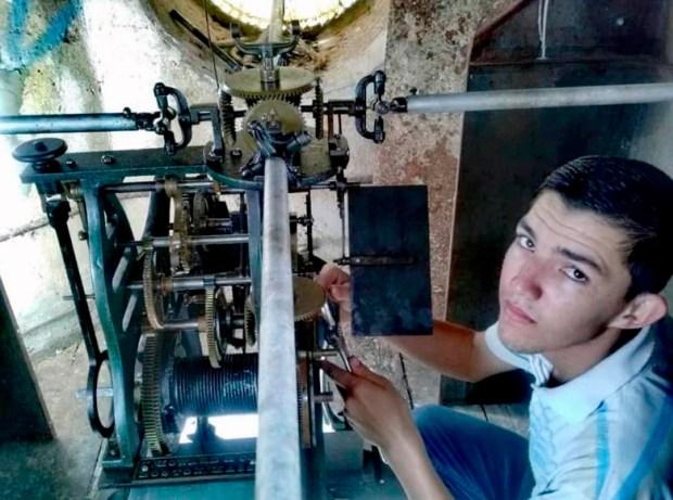 El centenario reloj de Lobatera vuelve a andar por la labor de un chico de 18 años.