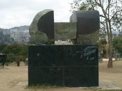 """Escultura """"Dos volúmenes verticales y uno horizontal"""" de Francisco Narváez. Foto Carlos Crespo"""