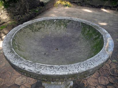 """La inscripción en latín de la pila bautismal indica la fecha de su realización: """"Esta pila se hizo el 17 de diciembre de 1748, siendo mayordomo Ignacio Barquilla a devoción de los hermanos…"""". Foto Mildred Maury."""