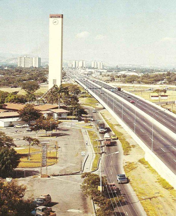 El Obelisco en los 70, con vista de la av. Libertador. Foto Luis A. Perozo P.