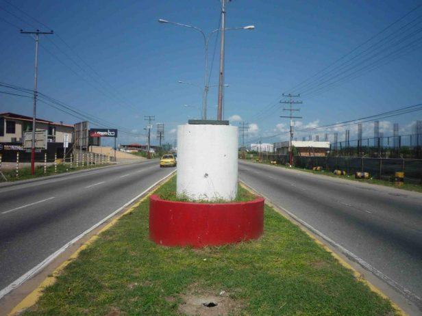 Así quedó el pedestal de la estatua del poeta Alberto Arvelo Torrealba, año 2011. Foto Marinela Araque.