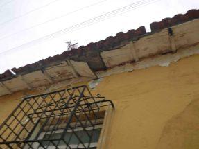 Desprendimeinto del techo constituye un peligro para los transeuntes. Marinela Araque. 2017