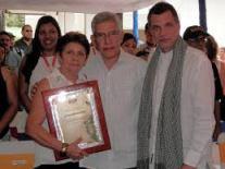 Hermana de Juan J. Salazar recibe la placa de reconocimiento al director del Museo. Foto MPPC.