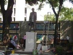 Obreros preparan el nuevo pedestal, en 2012. Foto Samuel Hurtado.