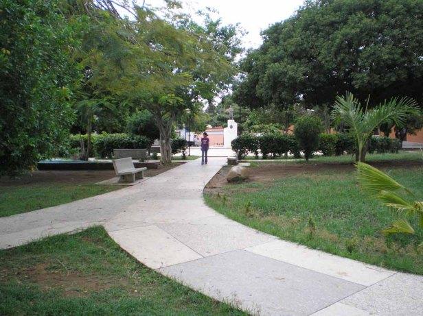 Caminerías de la plaza Bolívar de Tinaco hechas en losas de granito. Foto Nena Torcate.