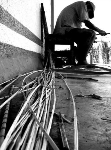 Artesano con materiales para la cestería. Foto Kevin Vásquez.