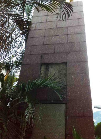 Vista posterior del saqueado pedestal del Monumento a la Virgen María Auxiliadora.
