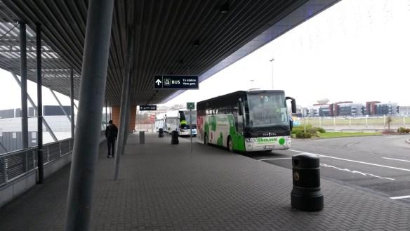 Автобусная остановка перед аэропортом Шарлеруа