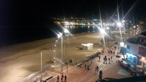 Вид на пляж из отеля ночью