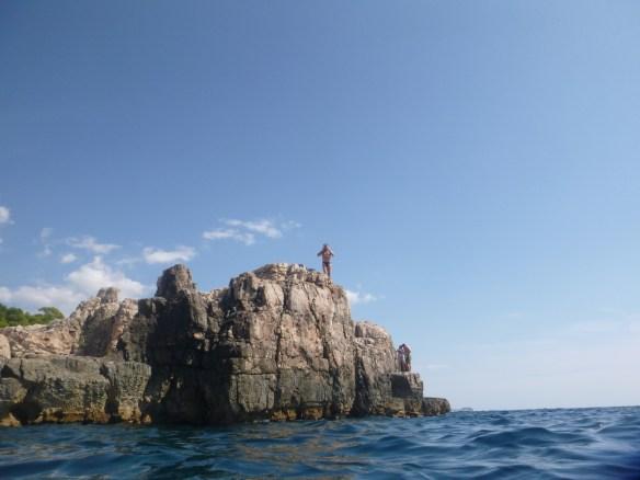 Высоту скалы потом замерял по фотографии. Мой рост 180 см