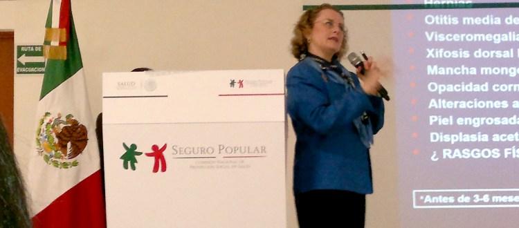 Esther Lieberman, del INP, dicta una breve conferencia sobre enfermedades lisosomales a los pretadores de servicios de salud en el auditorio del Seguro Popular, sede nacional en el DF.