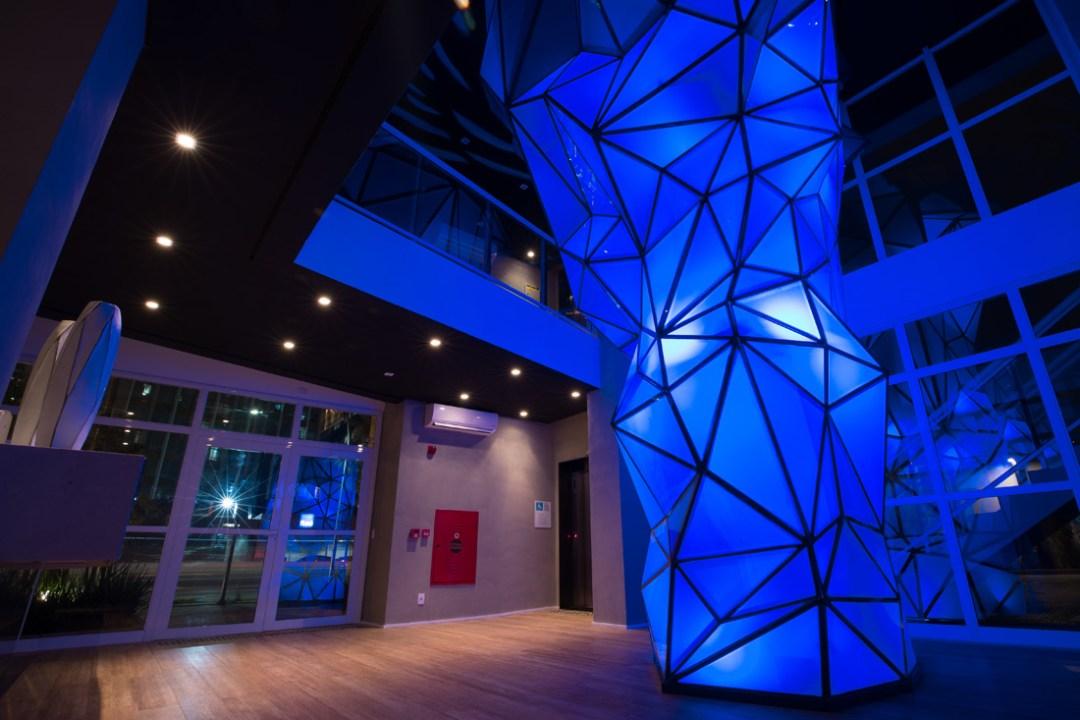 Grande escultura azul criada pela arquiteta Claudia Albertini instalada no lobby principal