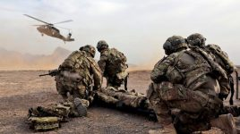 soldats hélicoptère d'évacuation sanitaire Blackhawk UH-60
