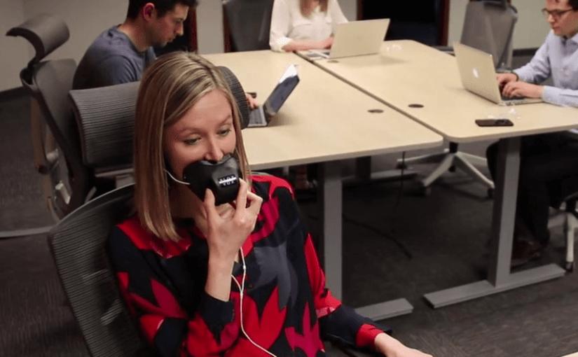 Insolite : Une muselière de bureau pour les appels téléphoniques privés